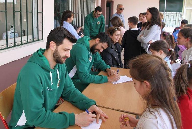 acee00e4953 H ομάδα του ΑΟ Αγρινίου δίπλα στους μαθητές -Επίσκεψη στο 1ο Δημοτικό  Σχολείο Αγίου Κωνσταντίνου